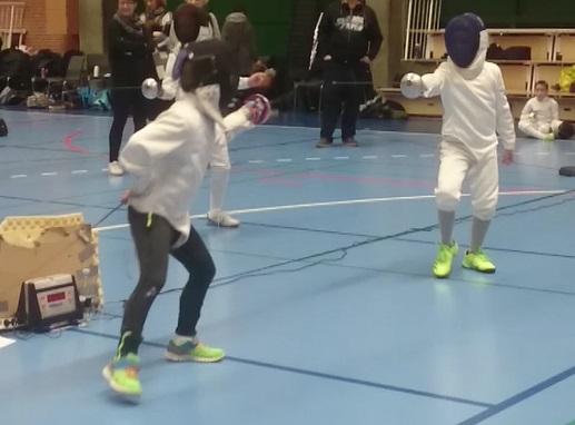 Billede af to U10-fægtere fra Albertslund Fægteklub i kamp på fægtepisten.