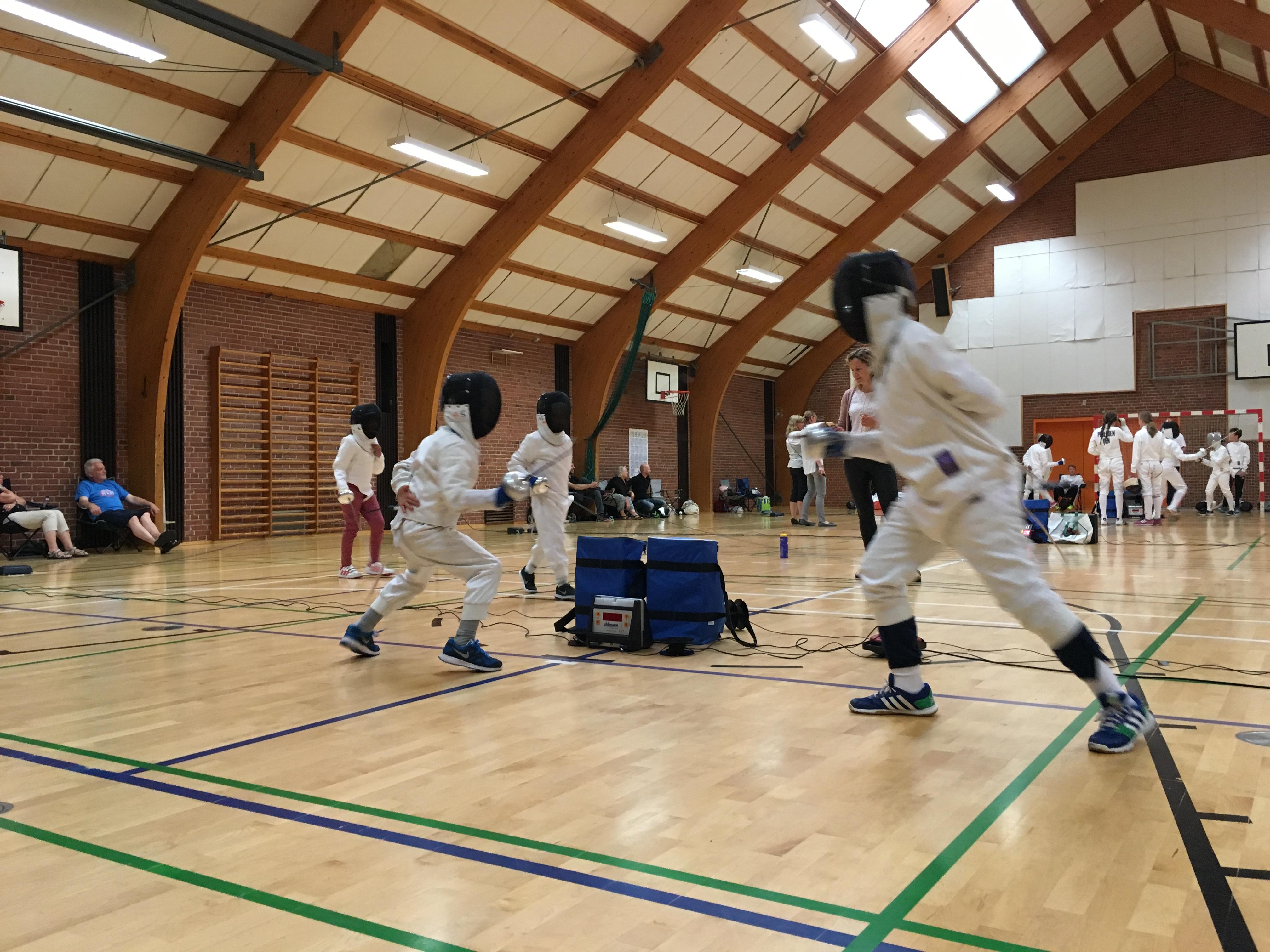 Hallen på Hestedvester Skole fyldt med dystende hvidklædte fægtere - fra Vestegnsmesterskaberne, juni 2016