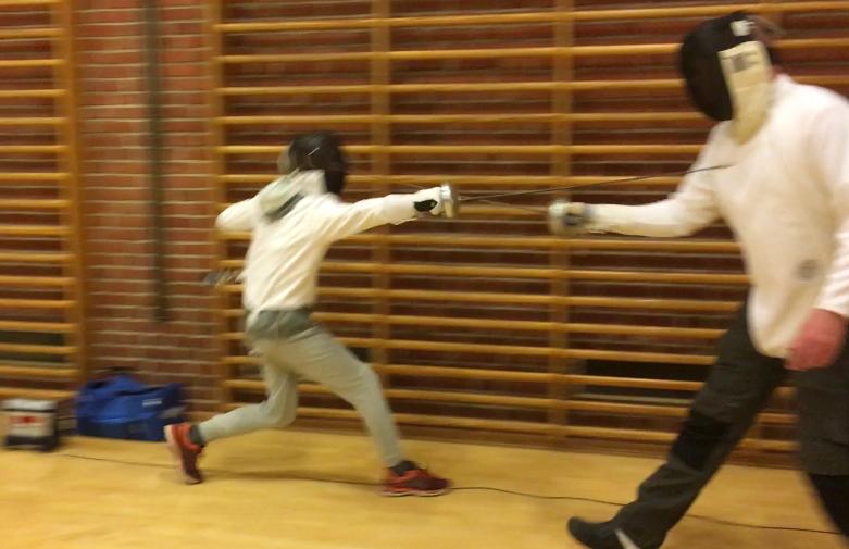 Billede af to sportsfægtere - voksen mand rammes tilsyneladende af teenager, dog uden at meldeapparatet lyser