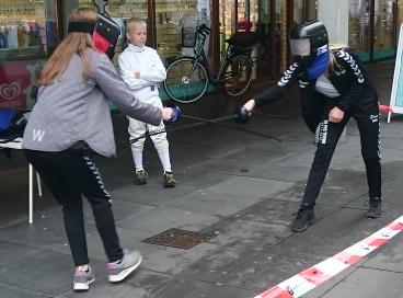 To personer der forsøger sig med fægtning.