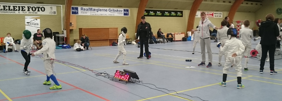 Fægtestævne i Gillelejehallen. Fægtere i U12-kategorien.