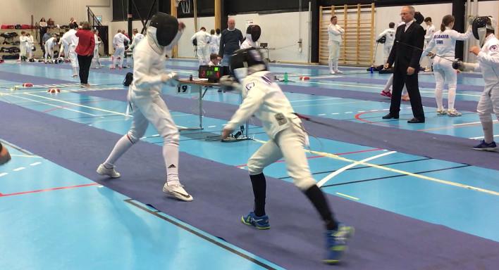 U13-fægtere på pisten ved stævne i Sverige.