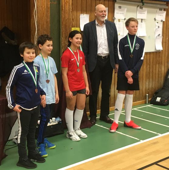 U13-fægtere poserer med medaljer.