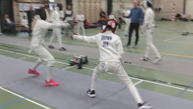 To U14-fægtere i kamp. Den ene sætter et touché.