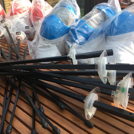 Masser af plast-fægteudstyr arrangeret til fotografering.